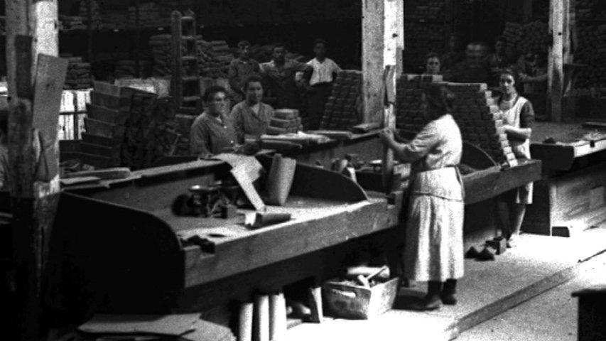 Fotografía de mujeres de principios del XX trabajando en fábricas en Asturias
