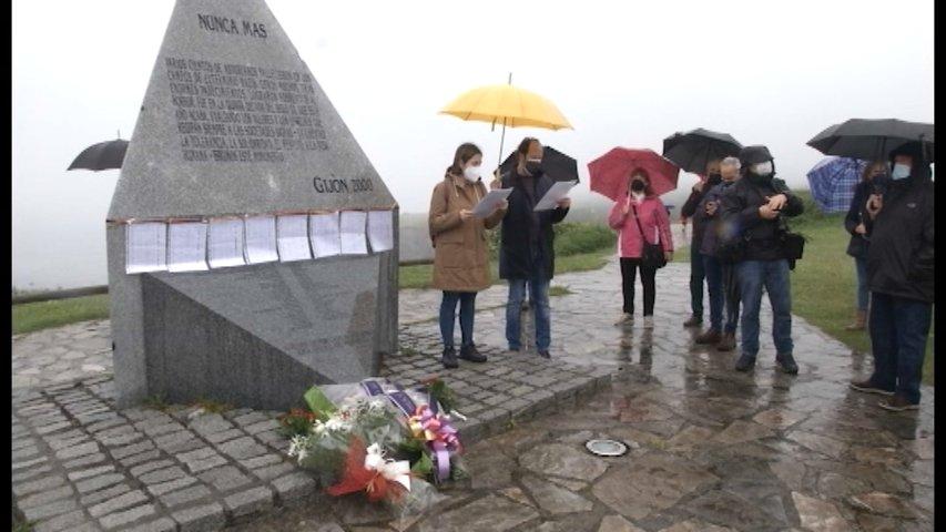 Monolito en el que se recuerda a los 31 gijoneses recluidos en campos de concentración nazis