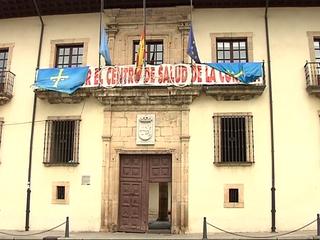 Ayuntamiento de Cangas del Narce con las banderas a media asta