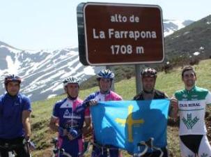 Moreno y Sobrino -a la derecha ambos- posa en La Farrapona.